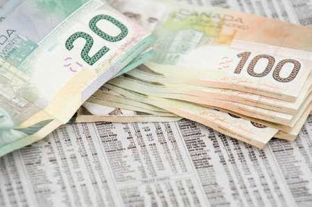 pick money: Canad� 20 y 100 billetes de d�lar en la parte superior de la bolsa citas de peri�dicos