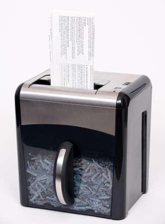 파쇄 될 기밀 문서가있는 종이 분쇄기.