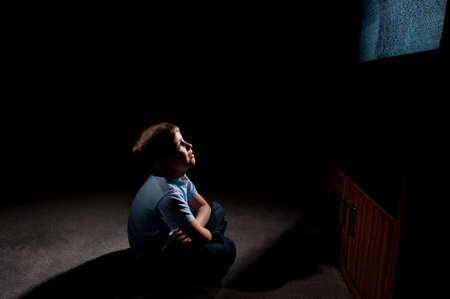 暗闇の中でテレビに静電気を見ている 6 歳の男の子 写真素材