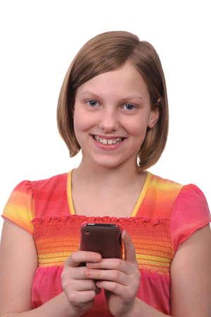 ni�o modelo: Una ni�a mensajes de texto mensajes en un tel�fono inteligente