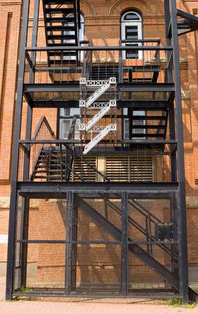 huir: Un escape de fuego en un antiguo edificio de ladrillo Foto de archivo