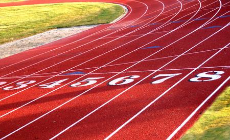 salto largo: Atletismo comenzando carriles o l�nea de meta Foto de archivo