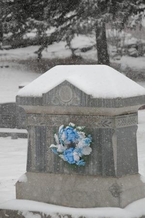 flowers on tombstone Banco de Imagens