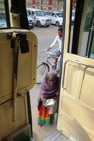 limosna: Bodhgaya, Bihar, India - 29 de noviembre, 2013: una mujer no identificada se acerca al bus tur�stico a pedir limosna en Bodh Gaya, India.