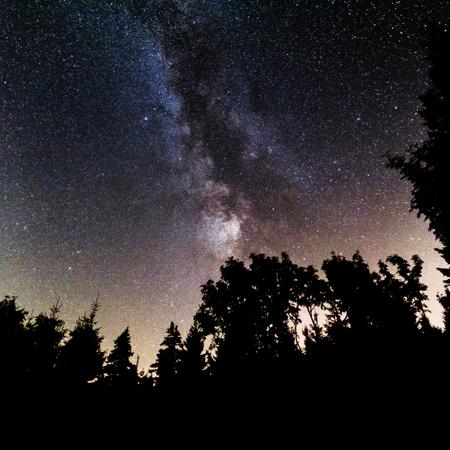 Magischer, fantasievoller Look der Milchstraße im Isergebirge in Polen, Nachthimmel