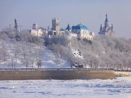 lejano oriente: Blanco como la nieve Jabárovsk. Vista desde el río Amur. Extremo Oriente, Rusia