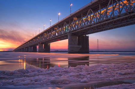 lejano oriente: Ice drift on the Amur river. Amur bridge, Khabarovsk, far East, Russia