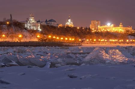 lejano oriente: Winter evening on the Amur river embankment. Khabarovsk, Far East, Russia.