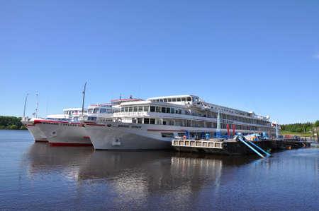 Drei Kreuzfahrtschiffe sind am Liegeplatz Uglitsch Stadt an der Wolga