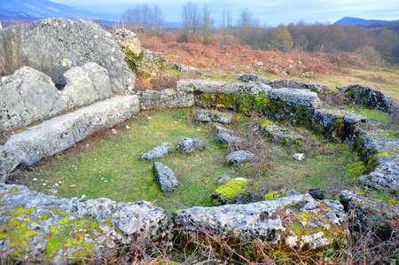 中庭のあるドルメン。オタラ、アブハジア。大きな石はドルメンの入り口の前の半円にレイアウトされています