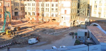 """MOSCOW, RUSSIA - OCTOBER 16, 2018: Destruction of old buildings at the construction site of the """"Zaryadye Gardens"""" complex. 報道画像"""