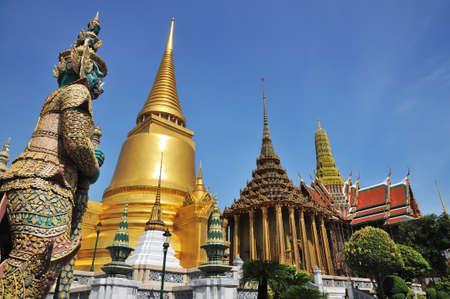 Wat Phra Keaw、タイのバンコクで巨大なスタンド ガード