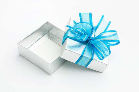 dar un regalo: se abre la caja de regalo de plata sobre fondo blanco