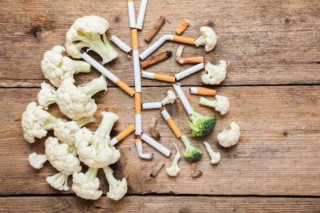 Imitatie van de longen van een roker gevormd door bloemkool en sigarettenpeuken.