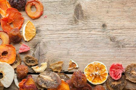 Gedroogde vruchten op vintage houten planken stilleven Stockfoto