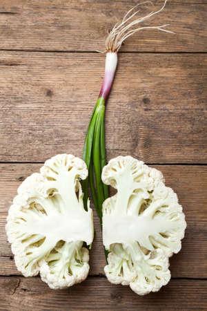 pulmon sano: Imitaci�n de los pulmones sanos formados por la coliflor y cebolla de primavera. Los pulmones sanos parecen s�lidos como la coliflor fresca verde Foto de archivo
