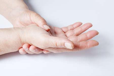 Bejaarde vrouw lijdt aan spierpijn Stockfoto