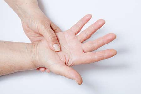 şişme: Yaşlı kadın kas ağrıları muzdarip Stok Fotoğraf