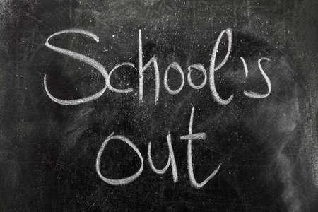 黒板に夏の学校のアウト