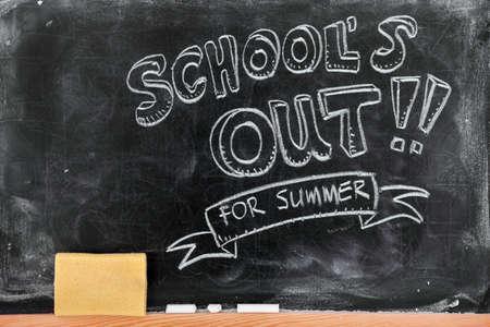 School's out voor de zomer op blackboard Stockfoto