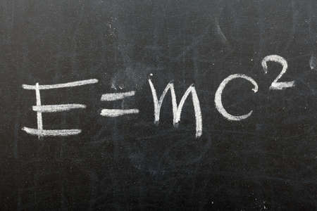 式 e = mc2。学校の黒板に書かれた相対性理論の理論