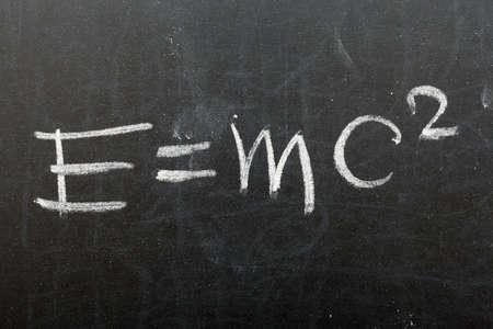 공식 E = MC2. 상대성 이론은 학교 칠판에 작성 스톡 콘텐츠