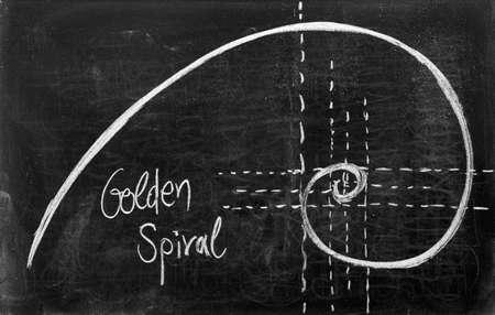 nombre d or: Spirale Fibonacci et section d'or sur le tableau noir Banque d'images