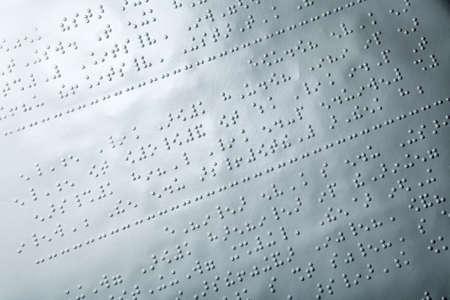 点字テキストの紙のクローズ アップ