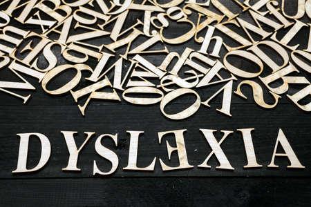 '' Dyslexie'' woord met houten letters op donkere achtergrond