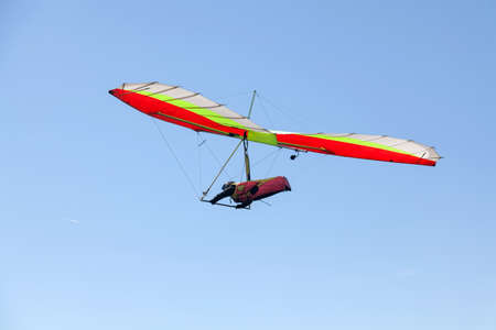 Deltavlieger vliegen over een berg in Griekenland in een zeer heldere, zonnige dag