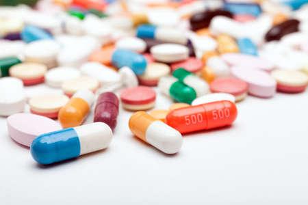 Pillen en capsules op witte achtergrond Stockfoto