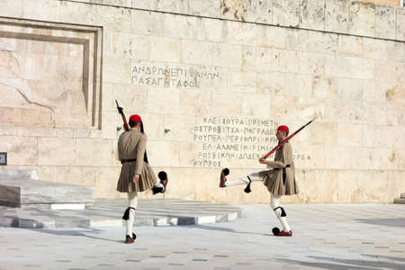 syntagma: ATENE, GRECIA - 15 maggio: Evzones cambiando la guardia presso la Tomba del Milite Ignoto di fronte al Palazzo del Parlamento greco a piazza Syntagma il 15 maggio 2014 a Atene, Grecia.