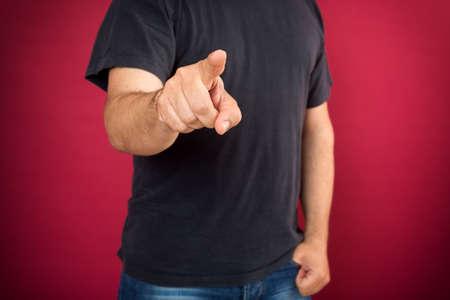 dedo se�alando: Casual hombre joven apuntando con el dedo hacia la c�mara