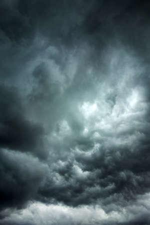 大雨の前に空を横切って暗い雲