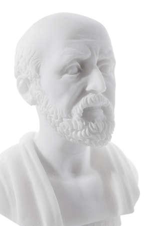 ヒポクラテス (460-380 紀元前)古代ギリシャの医師、医学の父として伝統的にみなされています。白い背景で隔離の彫刻