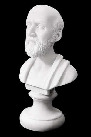 ヒポクラテス (紀元前 460-380)古代ギリシャの医師、医学の父と伝統的にみなされます。黒の背景に分離された彫刻