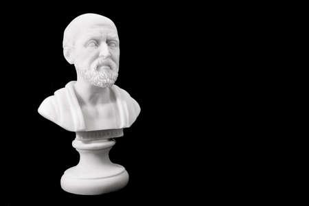 Hippocrates (460-380 BCE) Oude Griekse arts, traditioneel beschouwd als de vader van de geneeskunde. Sculptuur geïsoleerd op zwarte achtergrond