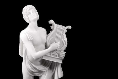 Standbeeld van Orpheus met een lier in een oude Griekse stijl op een zwarte achtergrond