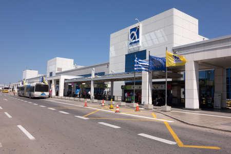 ATHENE, Griekenland - 22 juli 2014: Air Traffic Control Tower (TWR) van de internationale luchthaven van Athene Eleftherios Venizelos
