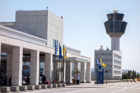 ATHÈNES, Grèce - 22 juillet 2014: Tour de contrôle du trafic aérien (TWR) de Aéroport International d'Athènes Eleftherios Venizelos Banque d'images - 30585339