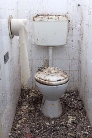 Toilet in een verlaten, verwoeste huis Stockfoto