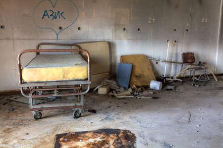 瓦礫や残骸で放棄された建物の内部。捨てられた古い病院 写真素材