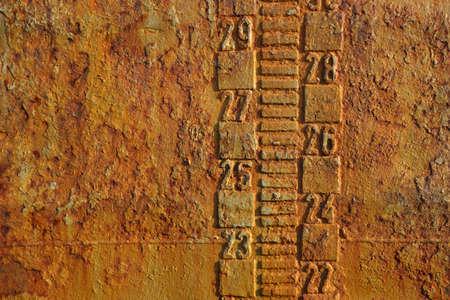 linea de flotaci�n: Rusty robar textura de un barco cisterna abandonada cerca. L�nea de flotaci�n y el proyecto de escala de medida
