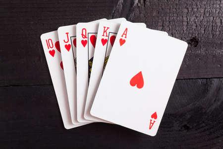 cartas de poker: Escalera Real. Jugando a las cartas aisladas sobre un fondo negro