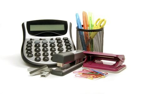 grapadora: Suministros de oficina, incluyendo una calculadora, ponche, grapadora, clips y tijeras  Foto de archivo