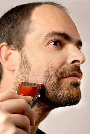 hombre afeitandose: Cerrar el hombre rasurado pelo facial