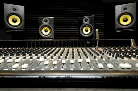 estudio de grabacion: Tiro de �ngulo bajo de una mesa de mezclas con oradores de amarillos y negros