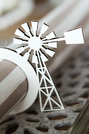 servilleta de papel: Titular de la servilleta de molino de viento de papel negro cortado de cart�n sosteniendo una servilleta