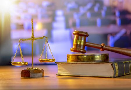 Martillo de juez de madera, tema de la ley, mazo de justicia, libros, escala de madera