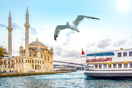 Mezquita de Ortakoy y puente del Bósforo, Estambul, Turquía.